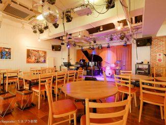3丁目カフェのホールとステージ
