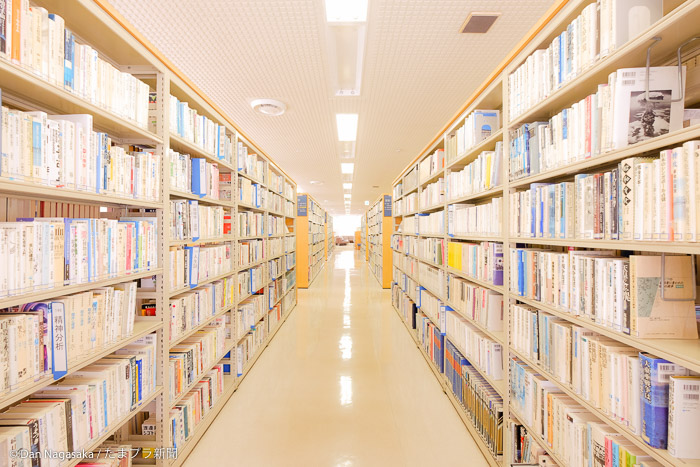 山内図書館の書棚