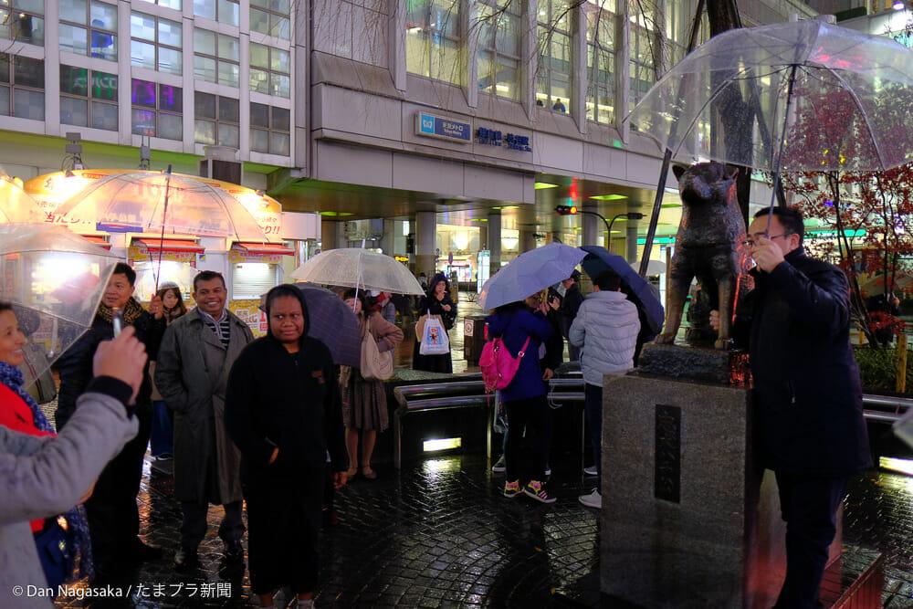 ハチ公前で記念写真を撮る外国人