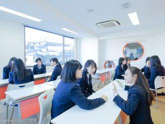 教室で打合せする生徒たち