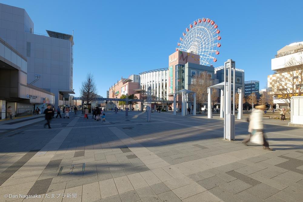 センター北駅の広場と観覧車