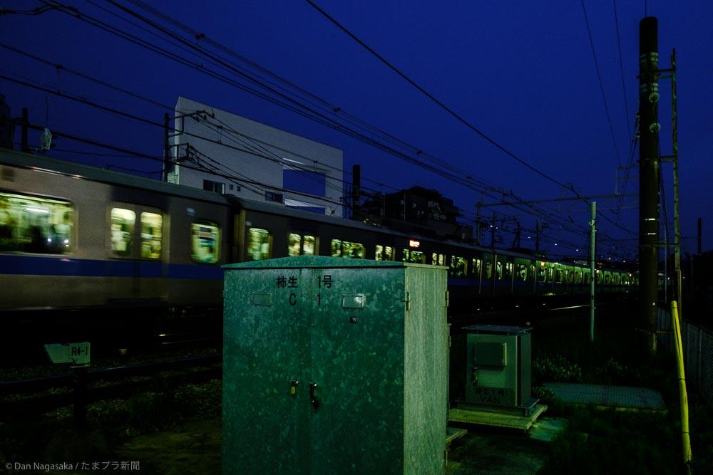 通過する小田急線の電車