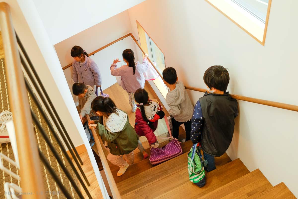階段を降りる小学生
