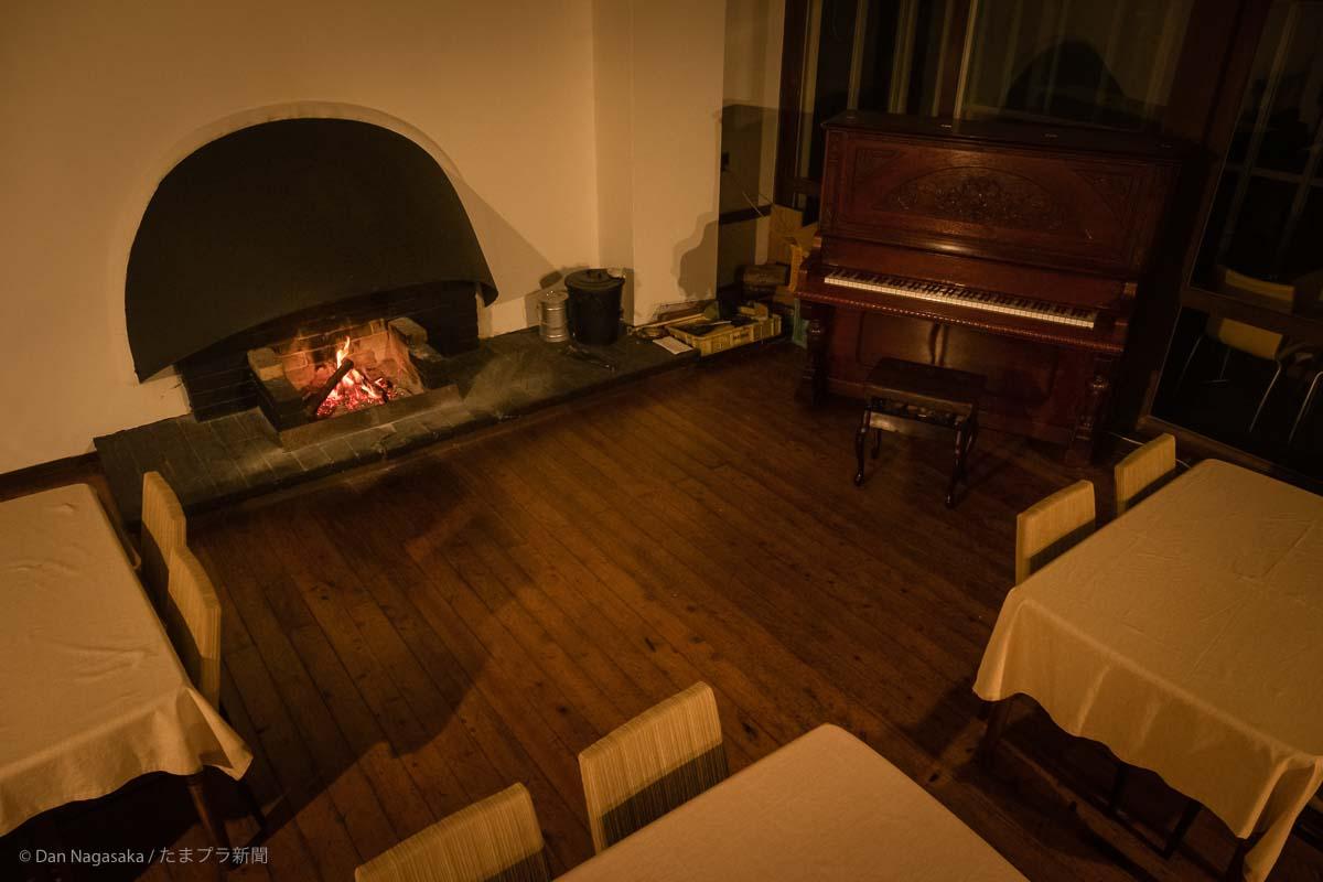 暖炉とピアノ