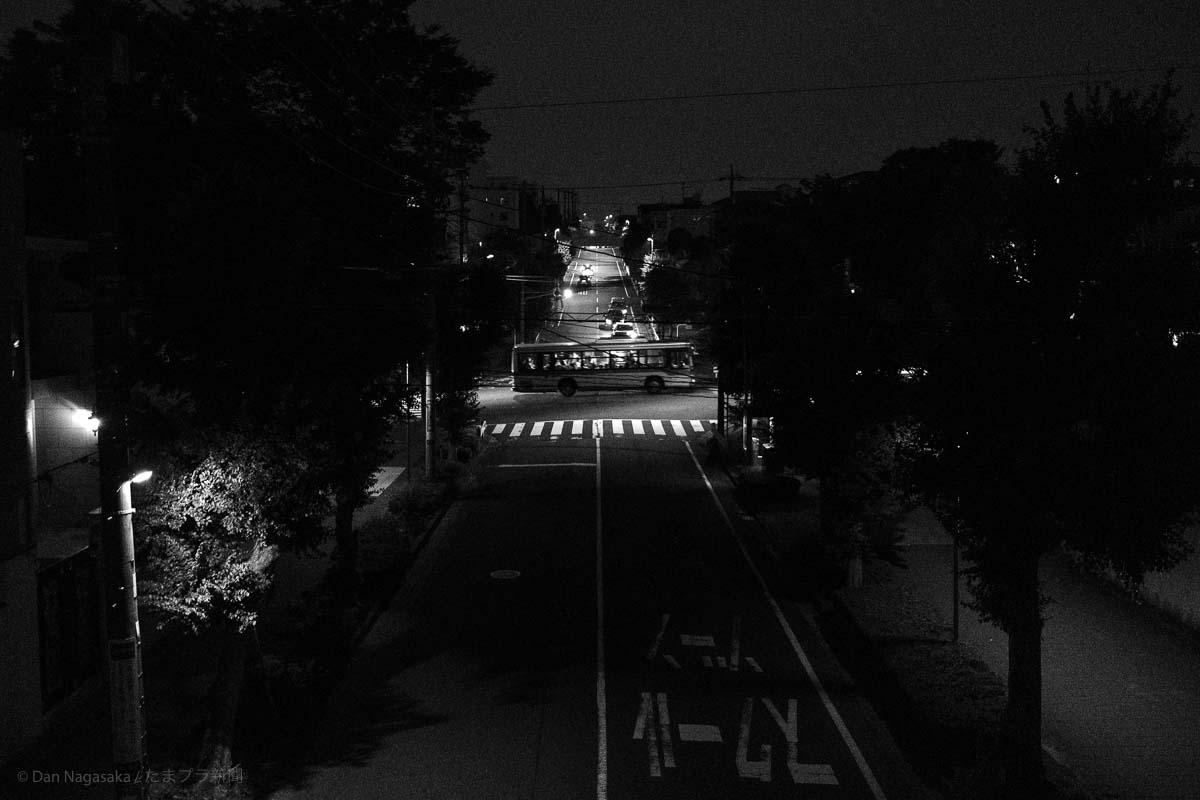 夜の美しが丘を走る東急バス