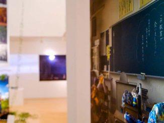 黒板に「またいつか、この教室で会いましょう」