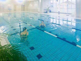 スポーツクラブのプール