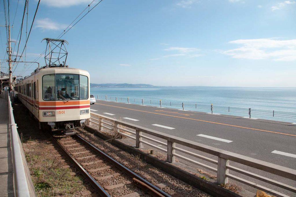 江ノ電と国道と海