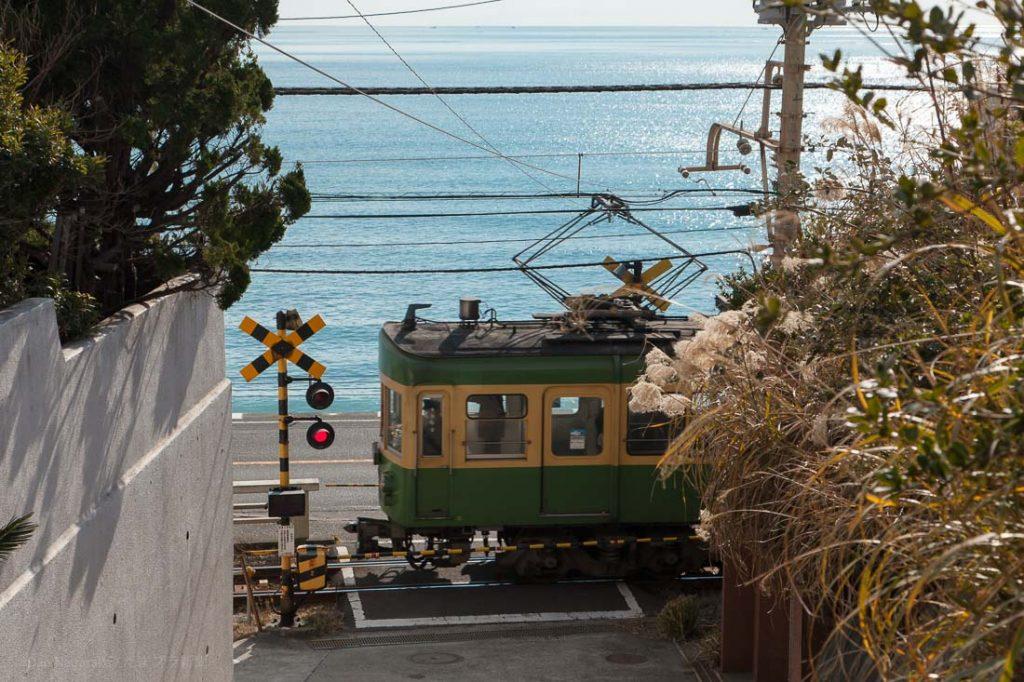 古い江ノ電と海