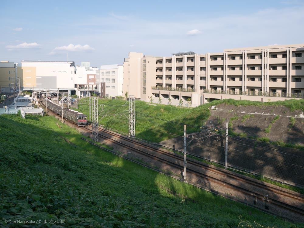 たまプラーザ駅に到着する田園都市線