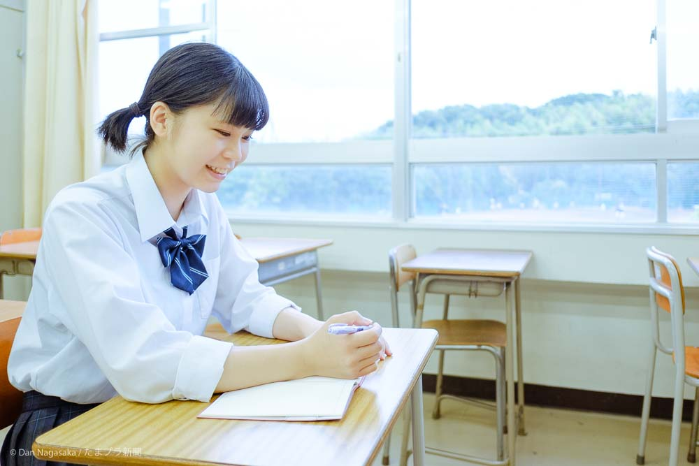 ノートに書く高校生