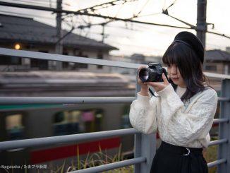 電車を撮るカメラ女子