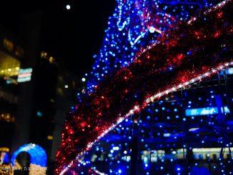 新百合ヶ丘駅南口のクリスマスチリーと月