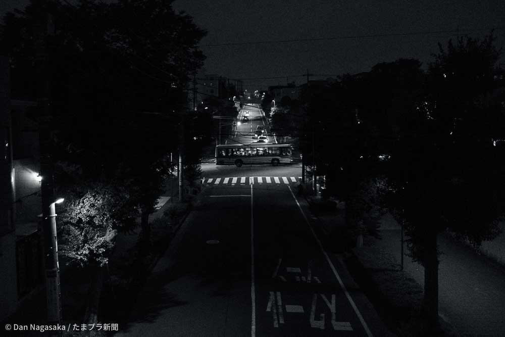 X100V作例 夜の住宅街を走るバス