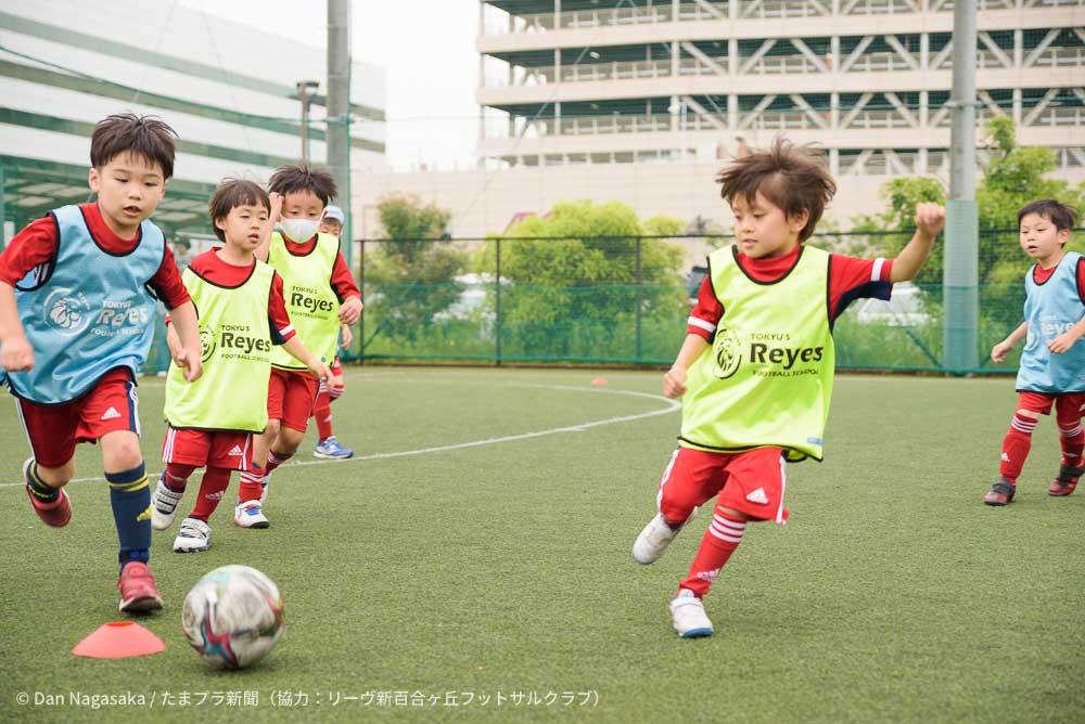 小学生フットサル選手ドリブル 東急スポーツシステム運営のサッカースクール