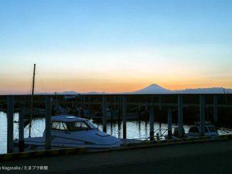 夕焼けの富士山と海