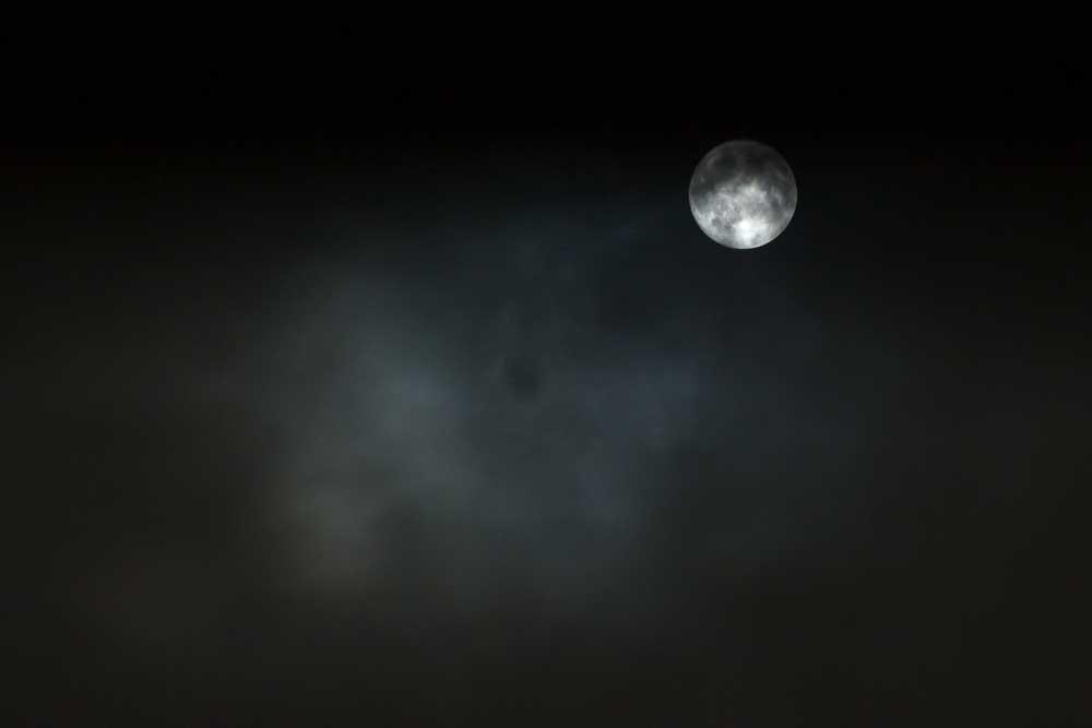 曇りの日の満月