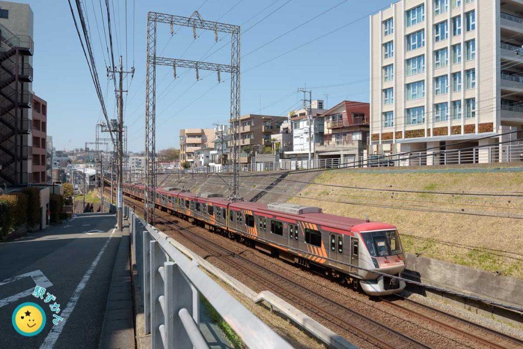 宮前平駅を発車する大井町線車両