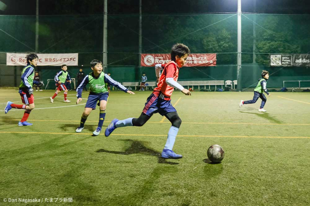 ドリブルする小学生選手