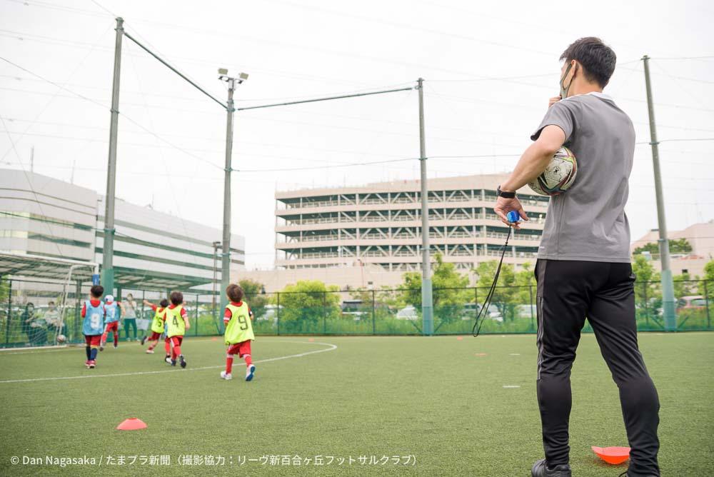 見守るスポーツコーチ